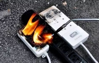以后千万别这样用手机了,手指都被炸断了,这个动作好危险。