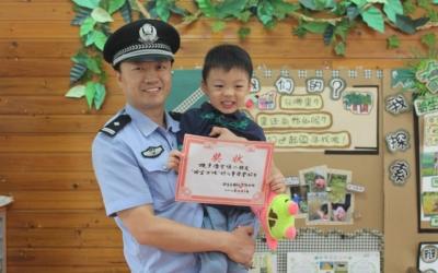 太可爱了吧!4岁男孩捡到一毛钱,还主动交给了警察叔叔!