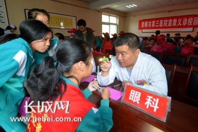 """邯郸市第三医院依托""""健康小屋""""  开展宣教义诊校园行活动"""