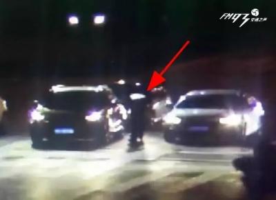 干得好!一男子等红灯时往车外扔垃圾,后车下来一人……