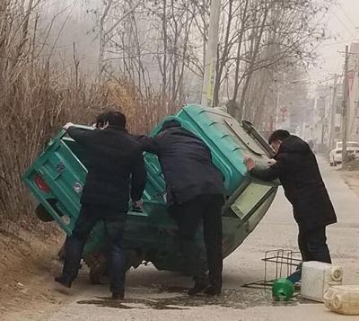 暖心!广平县扶贫干部扶贫路上巧遇妇女翻车急相助