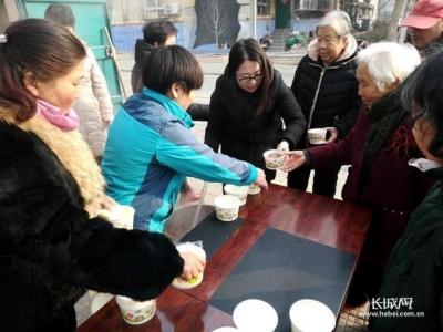 邯郸市罗三社区:情暖腊八节 幸福送大家