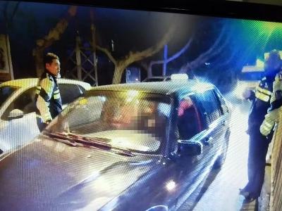男子醉酒驾车犯迷糊,等红灯时睡着了……