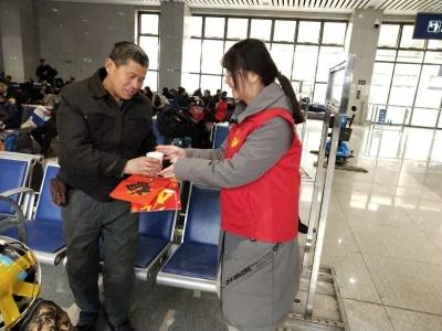 【微视频】春运志愿者温暖旅客回家路