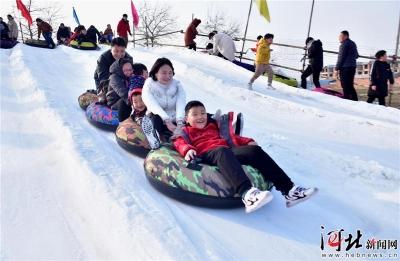 【美丽河北 e起过年】春节假期体验冰雪运动乐趣 滑雪过年时尚风