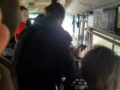"""公交车变""""急救车"""" 上演合力爱心救助"""