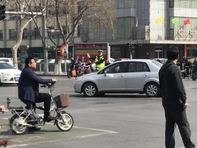 女子骑车不尊交规 交警执法反被打