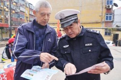 邯郸交警社区普法 提高全民交通安全意识