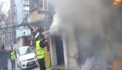 邯郸一小区线路老化引起火灾  交警赶赴现场及时营救