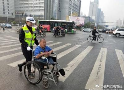 【暖心】邯郸交警助力残疾人安全过路口
