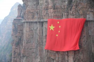 邯郸600平方米巨幅国旗亮相千米高空 献礼祖国70华诞