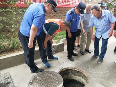 小区污水井堵塞污水外溢  市政排水现场排查全面清淤