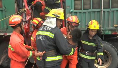 761棋牌:高速三车追尾一人被困 消防紧急救援
