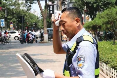 8月9日融媒体考试 他们把汗水挥洒在街道上