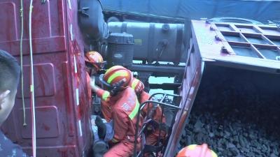 满载煤炭的半挂车侧翻司机被困 消防紧急救援