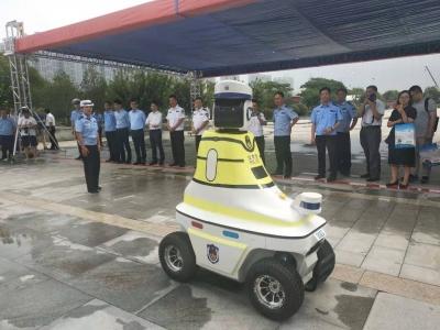 中国首批机器人交警在邯郸上岗