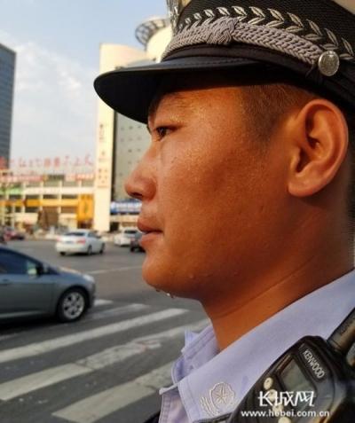 邯郸交警:高温下的坚守