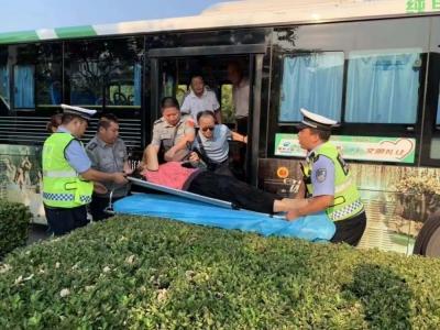 六旬老人犯病 驾驶员交警合力救助