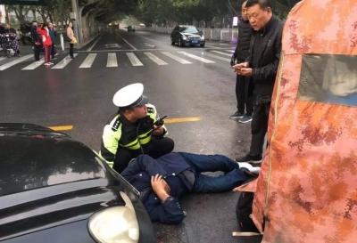 因事故老人摔到车下 民警及时救助脱险