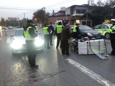 761棋牌:三轮车侧翻有人被困 交巡警紧急救援