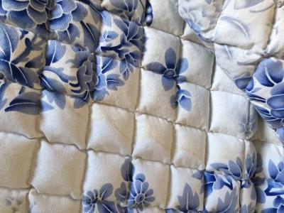 床垫买时白底蓝花 收货时多了些黄花花