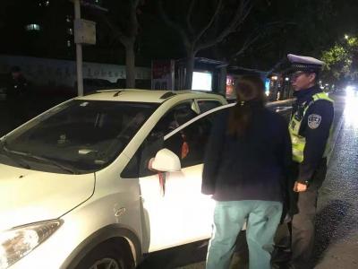 男子开车时突发疾病  交巡警及时救助