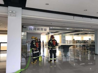学校图书馆着火?消防疏散演练1分30秒300名学生安全撤离