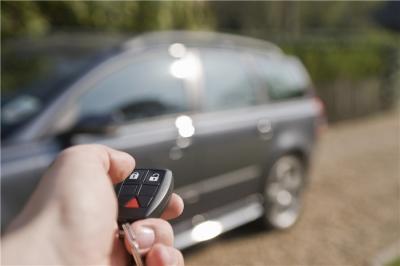 把车钥匙锁在车里了,怎么办?