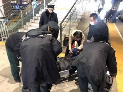 石家莊人真好!乘客列車上突發胃穿孔,救援隨即上演