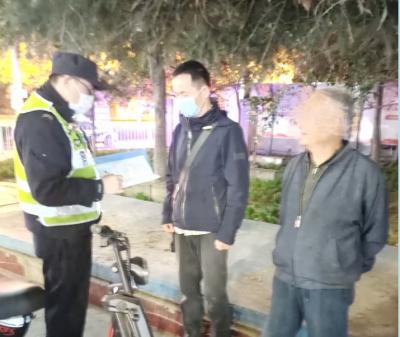 两名老人接连走失  交巡警暖心帮其寻找家人