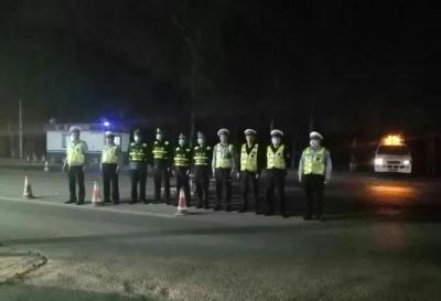 鸡泽县夜间巡查 严打超限运输违法行为