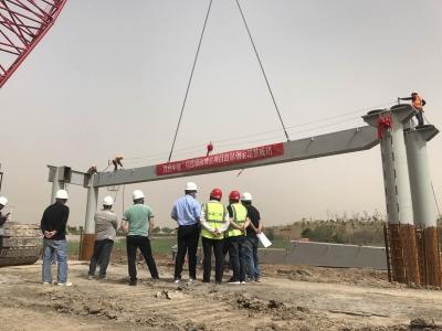 省第四届园博园:景观桥首段钢梁吊装成功