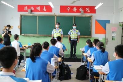 一盔一带进校园  安全守护促平安