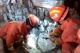 邯郸V视|门市坍塌消防徒手救援 被困者下跪感谢
