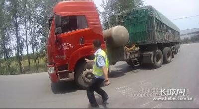 大货车行驶中起火不自知 鸡泽交警及时发现扑灭