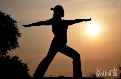 邯郸:户外瑜伽练起来