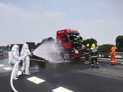 两车追尾天然气泄漏司机被困 消防紧急救援