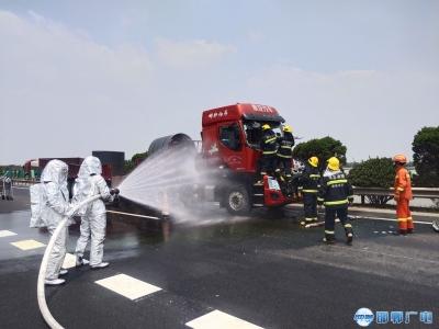 与时间赛跑——两车高速追尾天然气泄漏司机被困 邯郸消防紧急救援