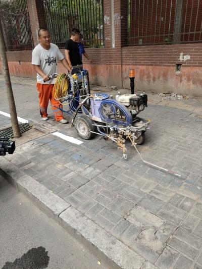 施划机动车非机动车停车位  打造精品停车城市