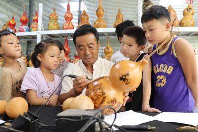 广平:农村娃暑期学习非遗烙画