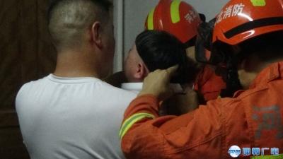 邯郸:萌娃头卡马桶圈 消防救援急解困