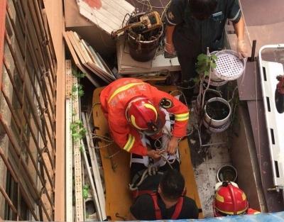 邯郸:男子自行修理空调不慎失足 消防紧急救援