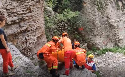 女子爬山跌落山涧受伤严重 消防合力紧急救援