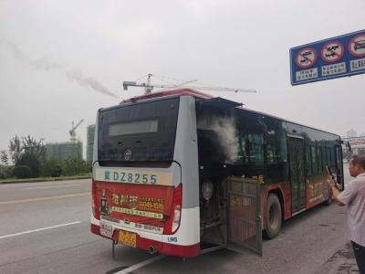 公交车天然气泄漏 交巡警上前勇救援