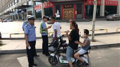 """永年交警助力文明城 暑天掀""""热潮"""""""