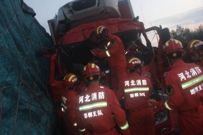 货车追尾两人被困  消防紧急救援