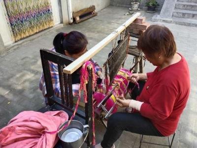 """涉县东戌村妇女独特""""女红""""手艺——木质织布机手工织布"""