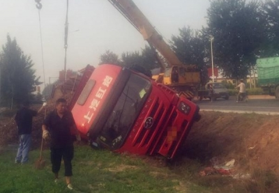 司机打盹致使大车侧翻深沟,关键时刻安全带救了他!