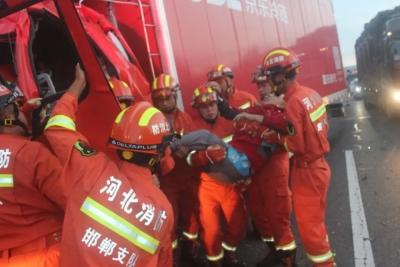 凌晨两货车追尾两人被困 邯郸消防紧急救援