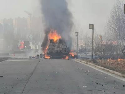 高速上货车着火 交警消防紧急救援